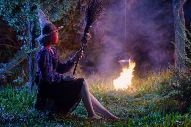 夜の森の火で若い魔女