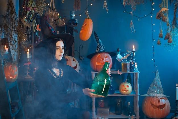 若い魔女は自宅でハロウィーンの間に想起します