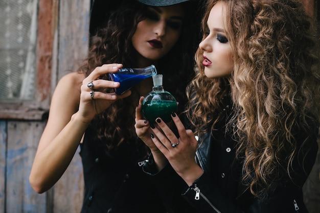 물약을 혼합하는 젊은 마녀