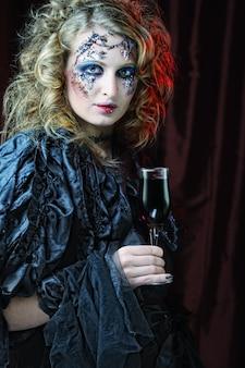 Молодые с красным вином крупным планом