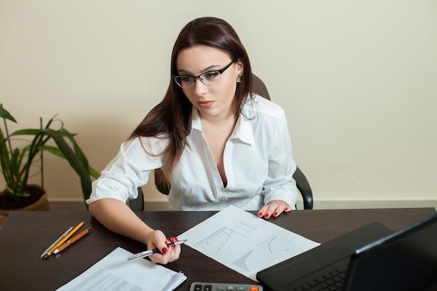 Молодая женщина-бухгалтер на рабочем месте концепции
