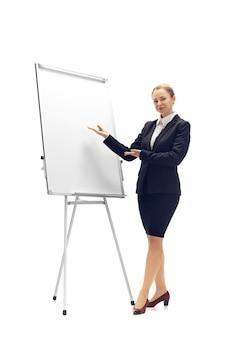 白いスタジオの背景に分離されたオフィススーツの若い女性会計士ブッカー