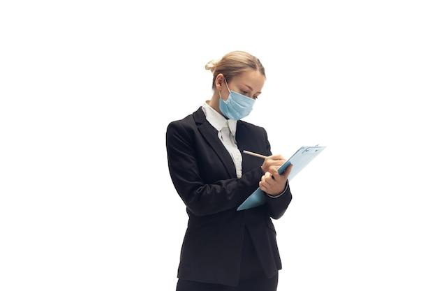 Молодая женщина-бухгалтер в офисном костюме, изолированные на белом фоне студии