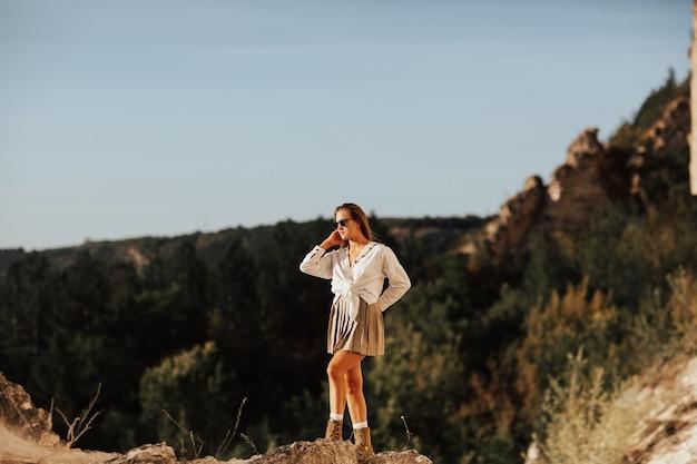 山での旅行中に自然を賞賛する若い女性