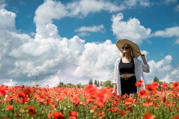 필드 여름 날에 양 귀 비에서 혼자 젊은 여자