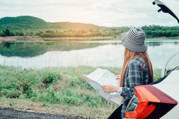 若い、女、単独で、車、旅行者、地図、ハッチバック、車