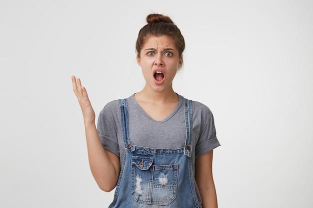 La giovane donna sbalordita è scontenta, non riesce a capire come sia successo
