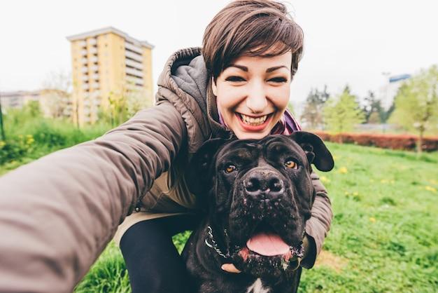 若い女性と犬