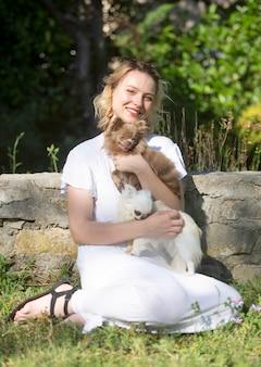 젊은 여자와 개
