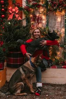 クリスマスの装飾の若い女性と彼女の犬