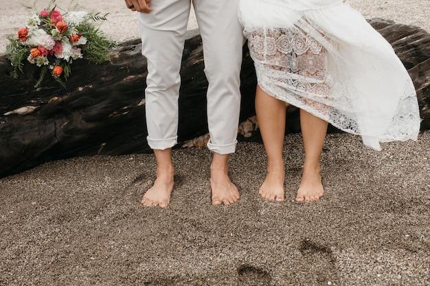 ビーチでの結婚式をしている若い女性と男性