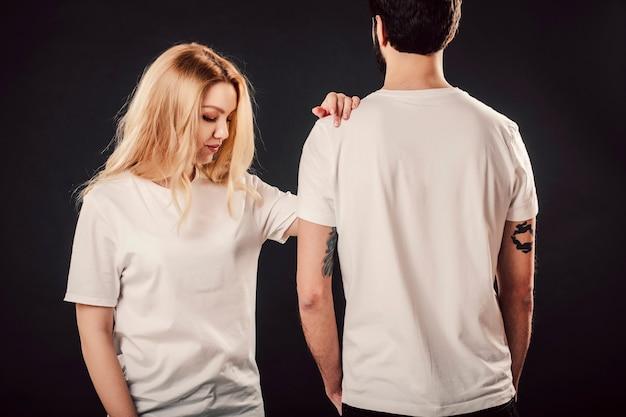 空白の白いシャツの若い女性と男性