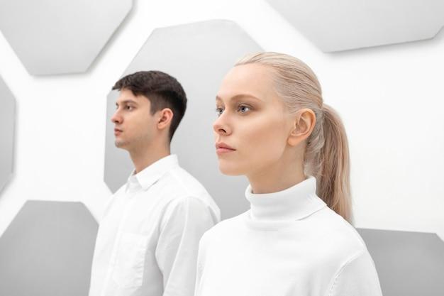 젊은 여자와 남자가 다시 벽에 서 프리미엄 사진