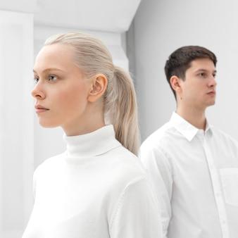 젊은 여자와 남자 흰 옷을 입고