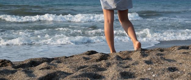 젊은 여자와 바다 근처 휴식입니다.