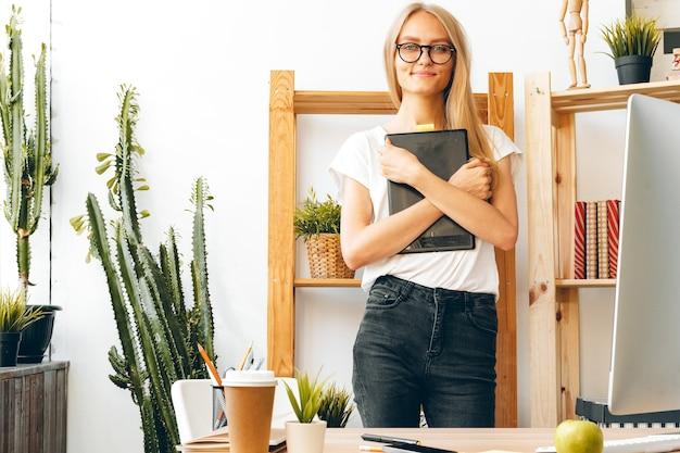 젊은 여자와 집에서 사무실에서 일하는 태블릿. 집에서 안전하게 일하십시오.