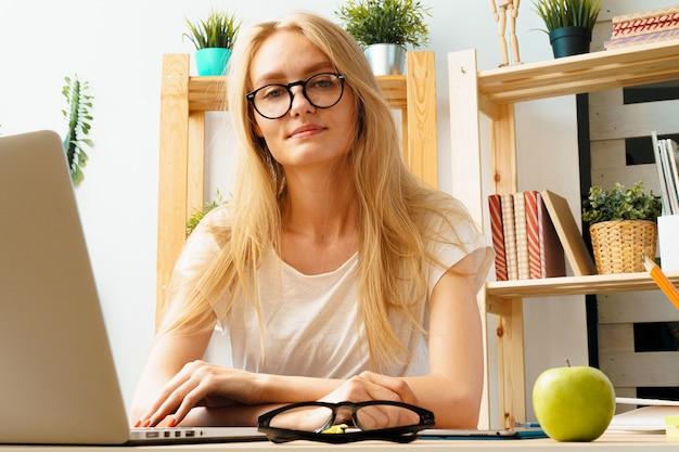 若い女性とホームオフィスで働くタブレット。安全を確保し、自宅で仕事をします。