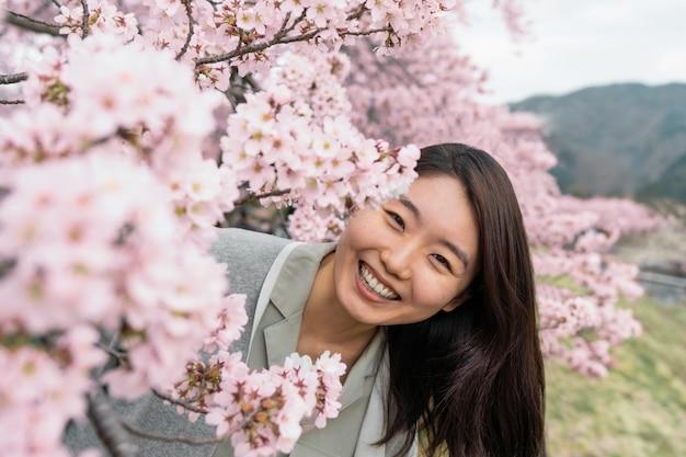 Giovane donna che apprezza la natura che la circonda