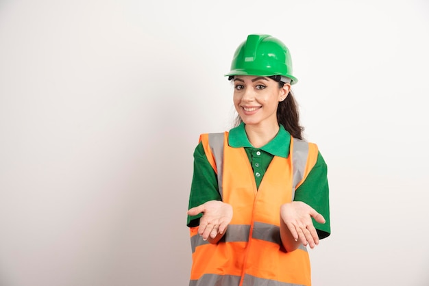 유니폼과 헬멧에 젊은 여성 건축가. 고품질 사진
