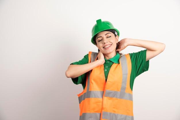 Architetto di giovane donna in uniforme e casco. foto di alta qualità