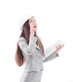 図面を持つ若い女性建築家。白で隔離