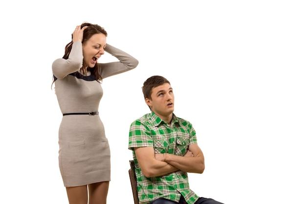 ボーイフレンドと口論する若い女性