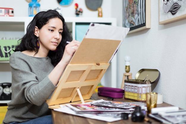 彼女が取り組んでいるプロジェクトに集中している若い女性アーティスト。
