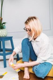 Молодая женщина-художник рисует дома в творческой студии