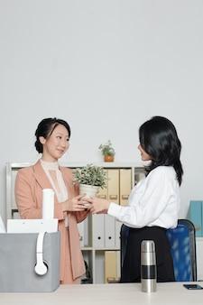 仕事を辞めた後、退社する際に同僚に工場の世話をするように頼む若い女性