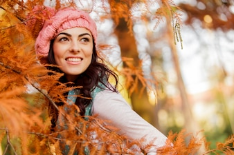 Молодая женщина в осеннем лесу