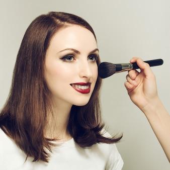 Молодая женщина в салоне красоты. отфильтрованное изображение