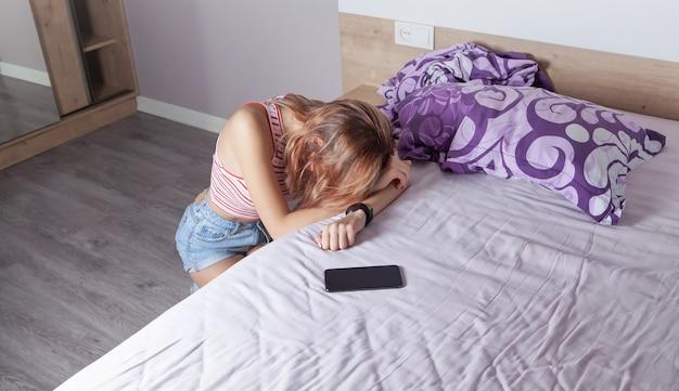 Молодая женщина в спальне. одиночество. стресс. проблемы