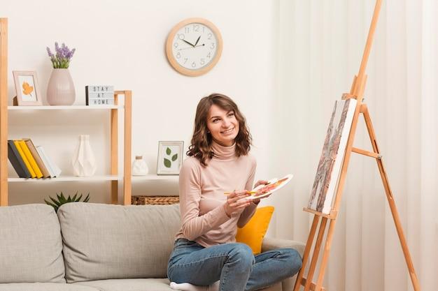 若い女性が自宅で絵画