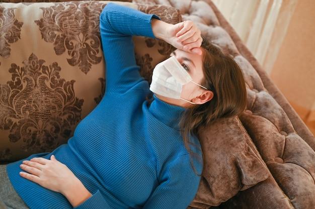 Молодая женщина дома с мигренью