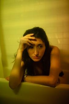 不思議なバスルームライトと自宅で若い女性