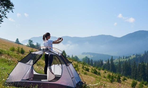 작은 관광 텐트에서 젊은 여자