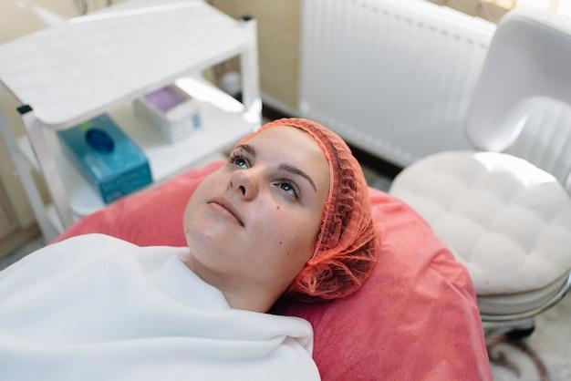 Молодая женщина в спа-клинике