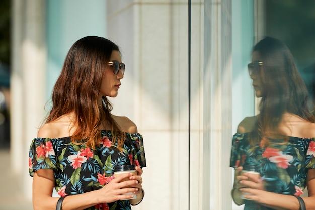 店の窓で若い女性