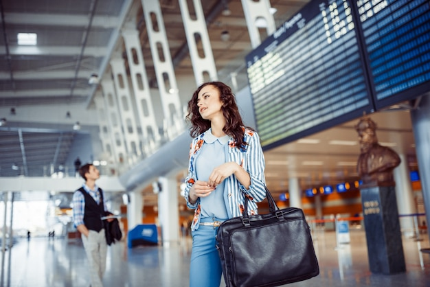 空港で若い女性