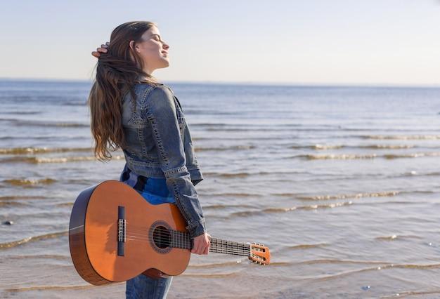 海岸で若い女性