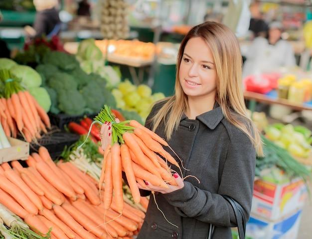 Молодая женщина на рынке