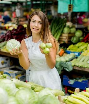 市場の若い女性