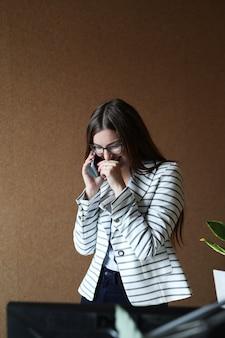 オフィスで若い女性
