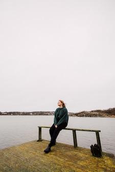 桟橋の若い女性