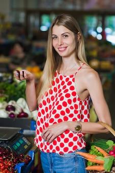 야채 시장에서 젊은 여자