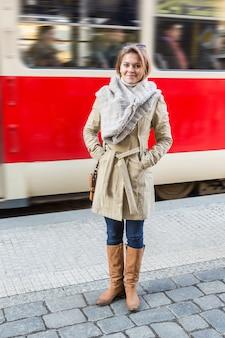 トラム停留所で若い女性