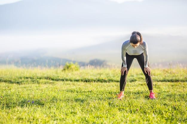 젊은 여성 운동선수 주자 달리기 후 피곤한 호흡.