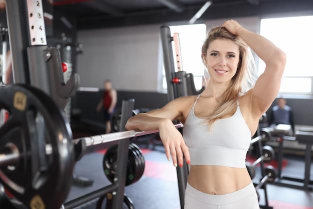 젊은 여자 선수는 체육관에서 서
