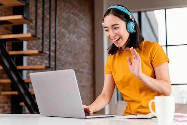 온라인 수업에 참석하는 젊은 여자