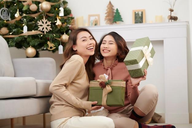 家の中でクリスマスを祝う若い女性の親友
